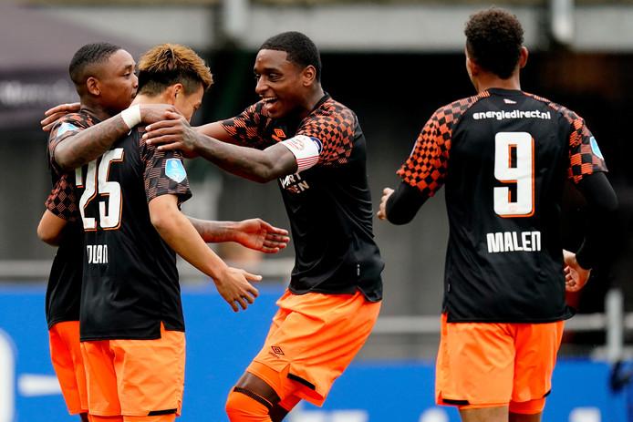 Ritsu Doan wordt gefeliciteerd met zijn eerste goal voor PSV door Steven Bergwijn (l), Pablo Rosario en Donyell Malen.