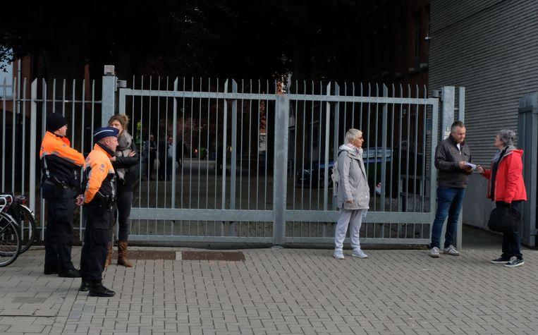 Vlaams Belang voerde actie aan de schoolpoort van het Sint-Norbertusinstituut - de politie hield een oogje in het zeil