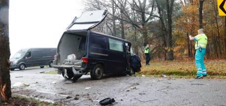 Man zwaargewond na botsing op boom in Veldhoven
