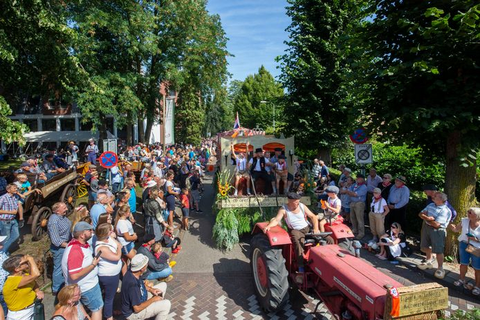 De Reutemeteut trekt door het dorp.