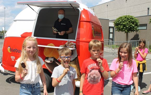 Koelwaren Biebuyck deelt deze zomer 20.000 ijsjes gratis uit. De eerste ijsjes werden uitgedeeld aan de kinderen van de speelpleinwerking in thuisbasis Ruiselede.
