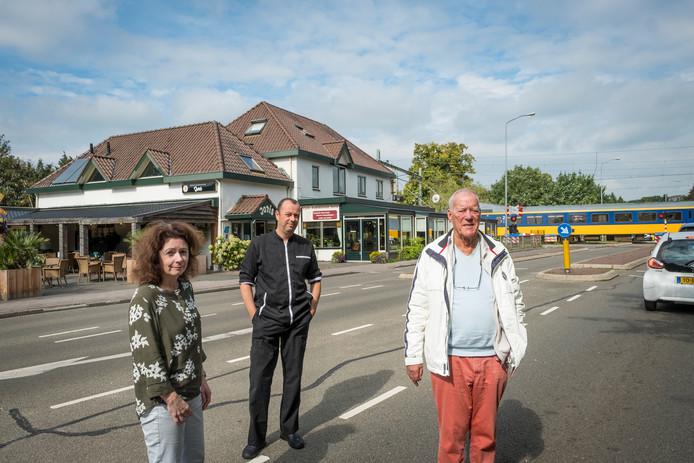 Ruud Thonhauser (r), Pedro Bruijnes (m) en Ada Bruijnes, uitbaters van restaurant Joris in Nunspeet.