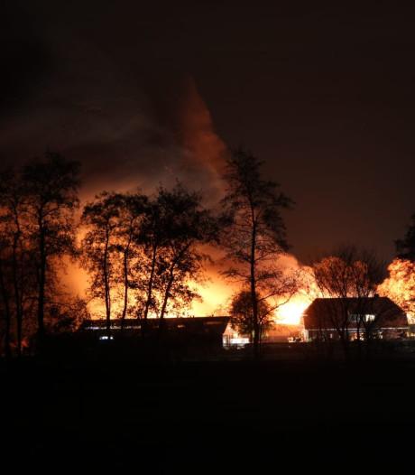 Schuur met caravans in Enter gaat in vlammen op