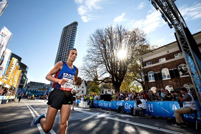 Mats Lunders, winnaar van de halve marathon in Eindhoven.