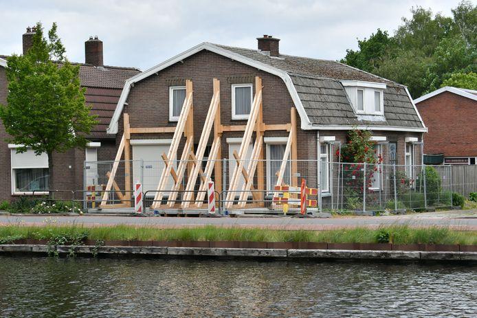 Huizen langs het kanaal worden gestut om te voorkomen dat ze instorten.