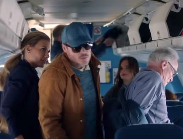 Gigi speelt in de film een stewardess