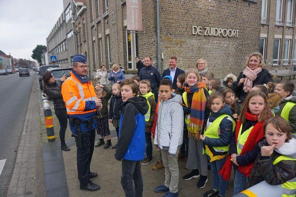 De kindergemeenteraad van Oudenburg trok door de straten van de stad en zoekt peters en meters voor Veilig Victor, de gele verkeersmascotte.