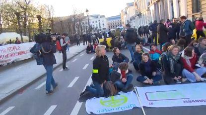 """LIVE. Klimaatbeweging bezet Wetstraat en wil dat nog tot dinsdag volhouden: """"Dit is een niet te missen moment"""""""