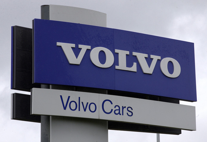 Het Volvo-logo bij de fabriek van het Zweedse merk in Gent.
