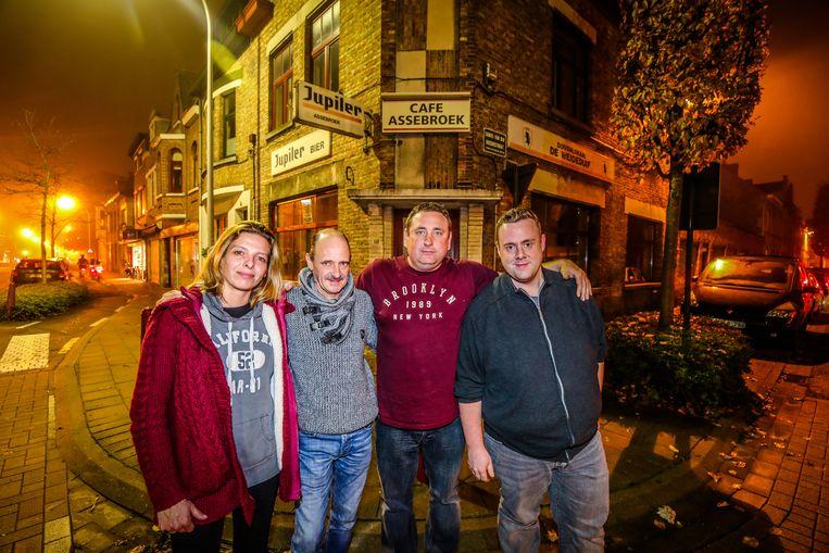 Mieke Vandamme, buurman Dieter Desmet, Jimmy Verrecas en Dieter Van de Maele bij het café.