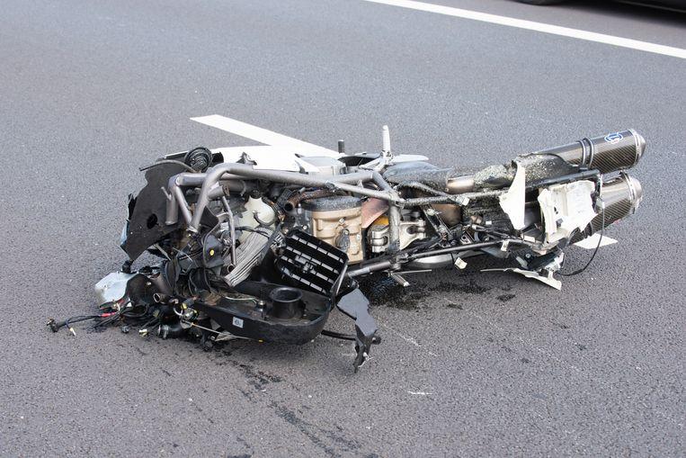 De helemaal verhakkelde motorfiets.