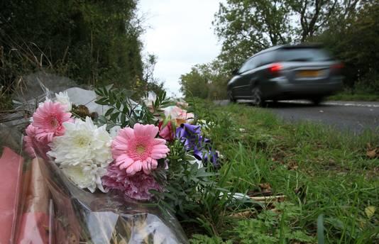 Bloemen langs de weg nabij de militaire basis RAF Croughton.