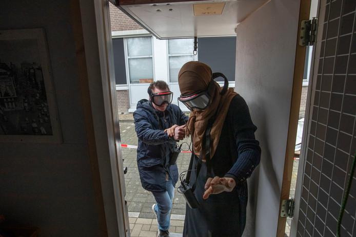 In een workshop moesten jongeren met een speciale bril  uit een 'met rook' gevuld huis -in dit geval een grote container-  zien te komen.