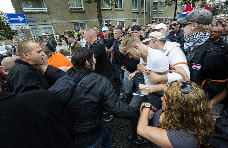 Demonstranten pakken een Israelische vlag af van oud-PVV raadslid Paul ter Linden (M) tijdens de Mars van de vrijheid. Beeld anp