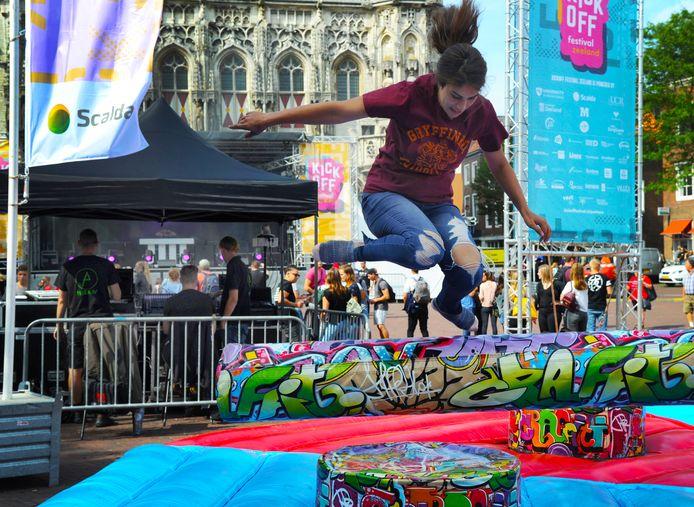 Tanya uit Bulgarije trapt het studiejaar af tijdens het Kickoff festival in Middelburg.