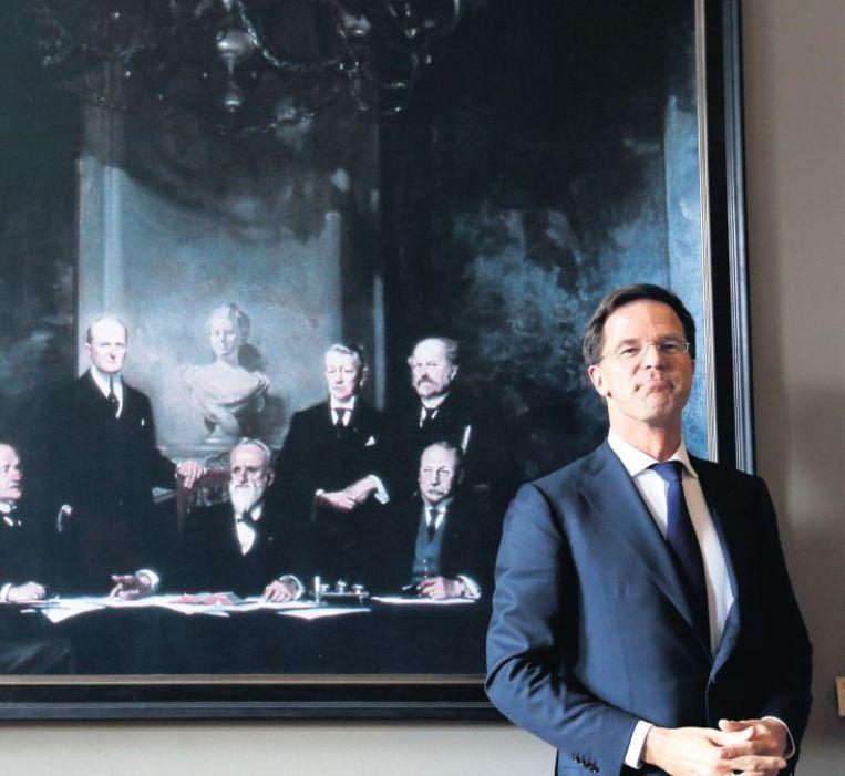 Premier Mark Rutte voor het portret van zijn voorganger Pieter Cort van der Linden (midden, met baard) en diens ministers. Beeld anp