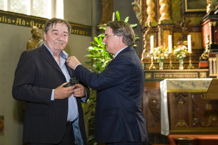 Leon van Liebergen kreeg de onderscheiding uit handen van Wim van de Donk.