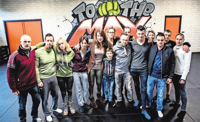 """Leden van Training Unit, medewerkers en vrienden van de vermiste Marc de Bonte. Met als tweede van rechts Ludo Kaethoven: """"Er is nog hoop."""""""