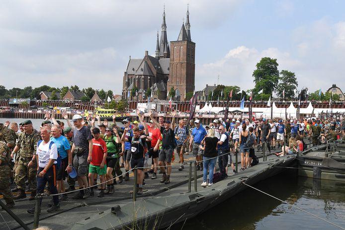 Vierdaagse vorig jaar: feestend over de pontonbrug tussen Cuijk en Middelaar, op weg naar de finish in Nijmegen.