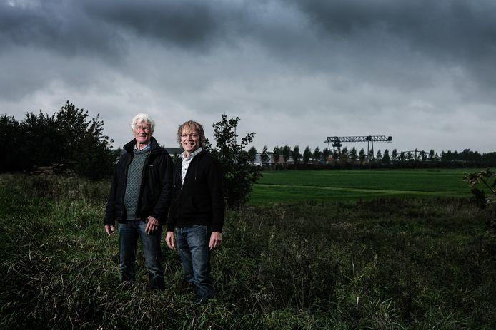 Stichting Fraterwaard-voorzitter Harm-Jan Weevers (rechts) met stadsgenoot en vriend van de stichting Edwin Hagedoorn in de door hun zo geliefde uiterwaard in Doesburg. Met op de achtergrond de Rotra en de IJsselbrug.