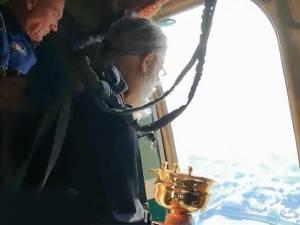 Des prêtres russes déversent de l'eau bénite depuis un avion pour lutter contre l'alcoolisme