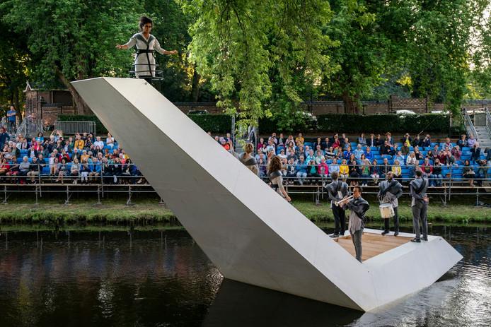 Varende parade in de geest van Jheronimus Bosch op het water. De Triomf van Rob van Dam