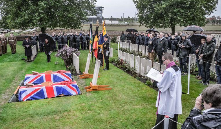 De regen zorgde voor een gepaste sfeer op de begrafenisplechtigheid.