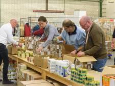 Cheque van 2500 euro voor Nomen Nescio en Sheltersuits in Almelo