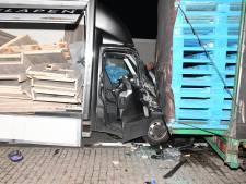 Bakwagen botst tegen stilstaande trailer, ravage op parkeerplaats langs A58