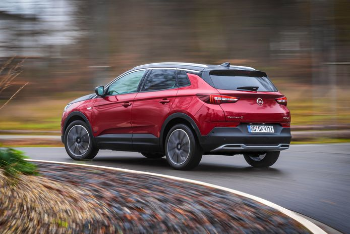 De Opel Grandland X Hybrid4 behoort tot de grootste auto's uit het aanbod van PSA