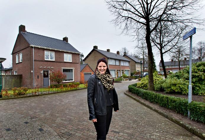 Marlies Janssens bij haar huis aan de Burgemeester Magneestraat in Luyksgestel.