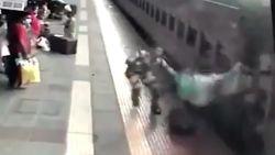 Agent redt op het nippertje passagier die onder trein dreigt te vallen