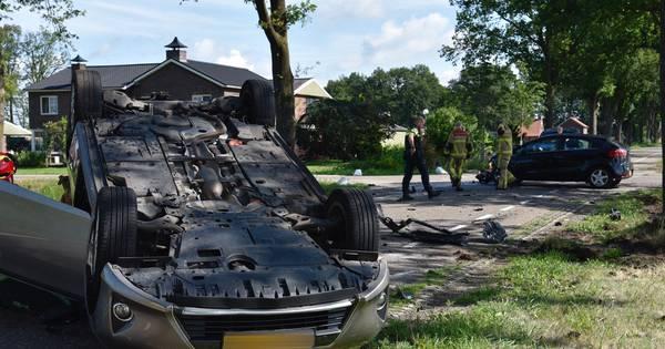Auto staat over de kop bij botsing in Vriezenveen, vrouw naar ziekenhuis.
