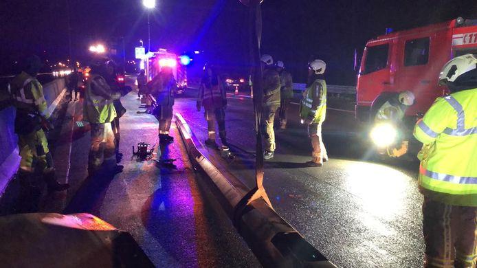 De brandweer snijdt de verlichtingspaal in stukken