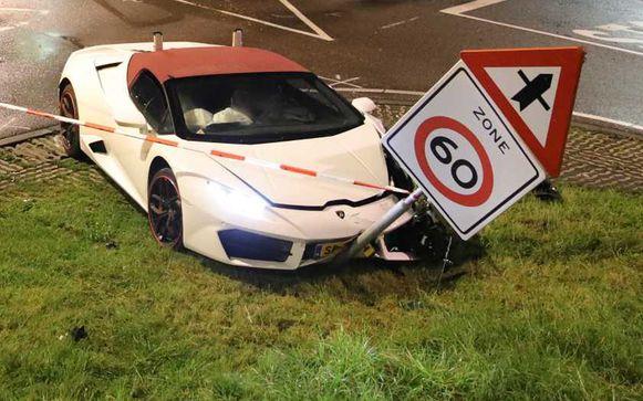 De Lamborghini reed volgens getuigen met hoge snelheid een kruispunt op, maar botste daar met een bestelwagen. Daarna knalde hij tegen een verkeersbord.
