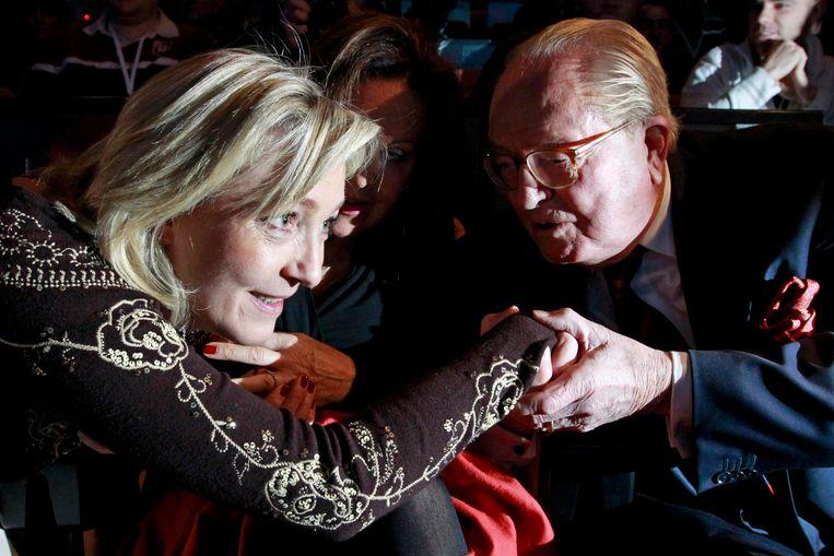 Marine Le Pen stelde zich ook in 2012 al presidentskandidaat. Hier groet ze haar vader Jean-Marie in Lille, 83 jaar oud.