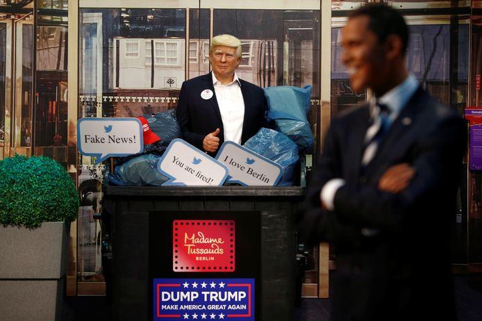 'Dump Trump', staat er op de container, onder het oog van een breed glimlachende Barack Obama .