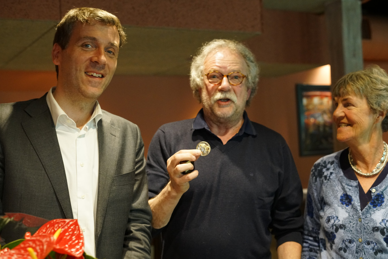 Marcel Bugter is verguld met de Médaille Paul Belmondo. Hij wordt geflankeerd door Fabian Pois (links) en Flory Poels van het landelijk bestuur Alliance Française des Pays-Bas.