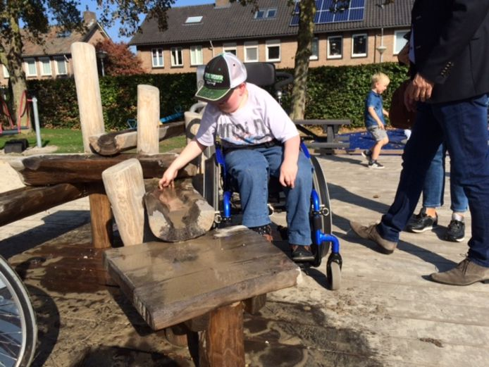 Kinderen in een rolstoel kunnen nu met alle speeltoestellen spelen in De Wiebert.