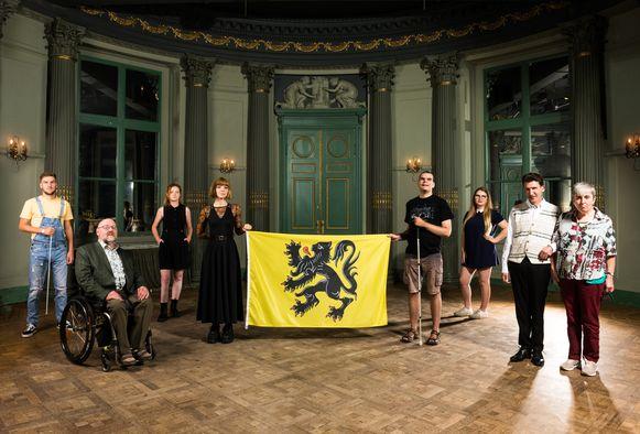 Mensen met een handicap met hun Vlaamse Leeuw.
