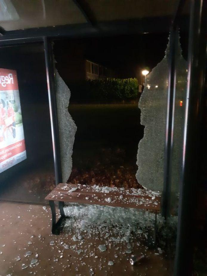 De schade na de vernieling van het bushokje in Steenwijk.