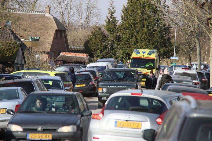 Enorme drukte in Dwarsgracht. Een ambulance kon nauwelijks ter plaatse komen na een ongeval.
