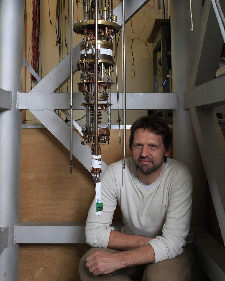 Leo Kouwenhoven, hoogleraar natuurkunde aan de TU Delft, voor het apparaat dat het mysterieuze deeltje na 75 jaar voor het eerst detecteerde, nu ja, waarschijnlijk dan. Beeld Jörgen Caris