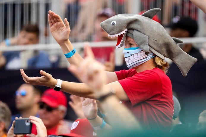 Een supporter van de Washington Nationals in een dit seizoen zo kenmerkende outfit.