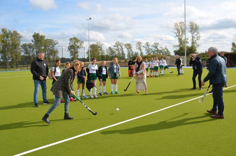 Burgemeester Tania De Jonge en schepenen Marc Torrekens en Katie Coppens spelen het nieuwe hockeyveld in Outer officieel in.
