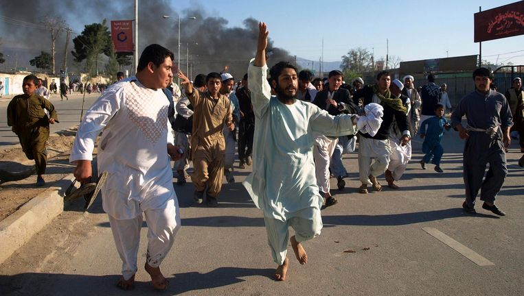 Afghanen roepen leuzen tegen de VS tijdens een demonstratie vrijdag in Mazar-i- Sharif tegen de koranverbranding. Beeld REUTERS