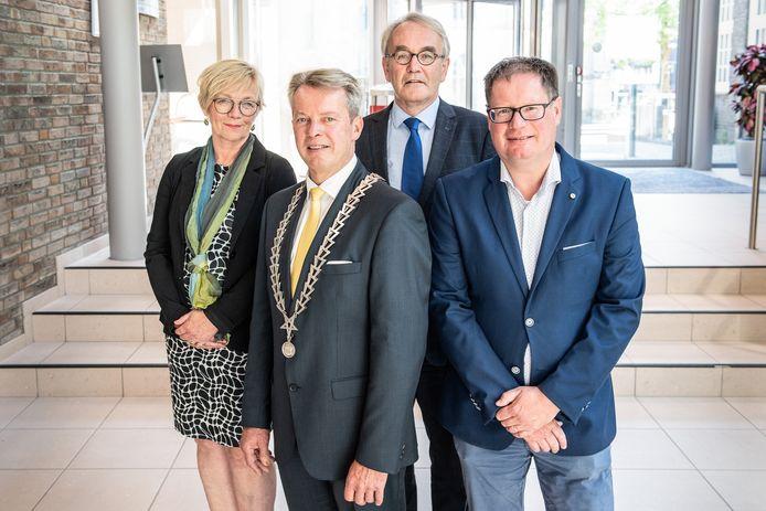Het college van B en W wil het gemeentelijk spaarpotje versterken om meer vet op de botten te krijgen. Vanaf links: Arja ten Thije, Gerrit Jan Kok, Louis Koopman en Jan-Herman Scholten.