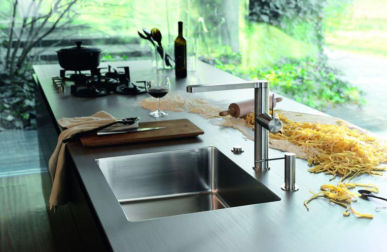 In de keuken wordt steeds vaker gekozen voor een bepaald materiaal als rode draad. Zo stem je je spoelbak, kraan, of werkblad op mekaar af.
