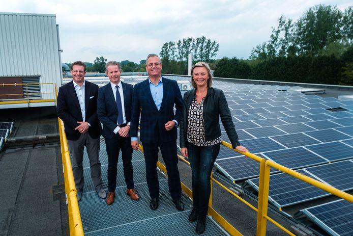 Luminus installeerde onlangs 1920 zonnepanelen op het dak van Jiffy Packaging in Wellen, een autoriteit op het vlak van schuimproducten voor industriële toepassingen en verpakkingen. In picture: Stephan Dauvister, Henri Buenen, Mark Köllmann, Els Robeyns .