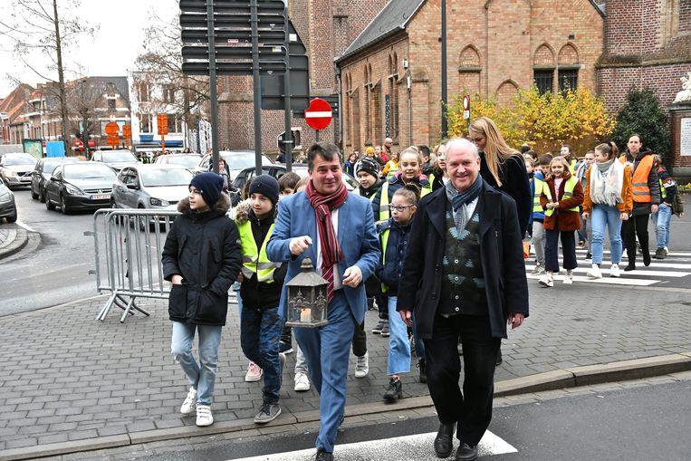De leerlingen van de Vrije Centrumschool brengen het Vredeslicht samen met burgemeester Kris Declercq van de Sint-Michielskerk naar de Augustijnenkerk.